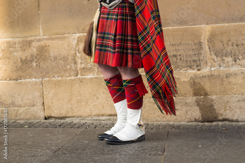 Photo Scottish man playing bagpipe in kilt in the streets of Edinburgh