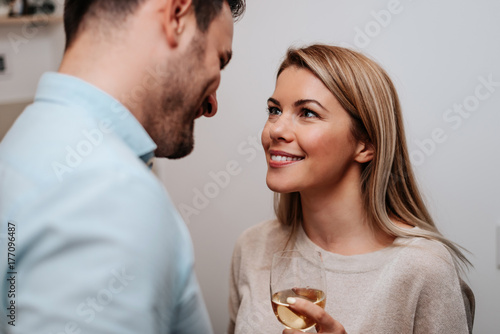 Photo  Portrait of beautiful young couple looking at each other and smiling
