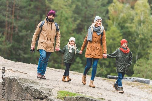 Plakat rodzinne spacery w lesie jesienią