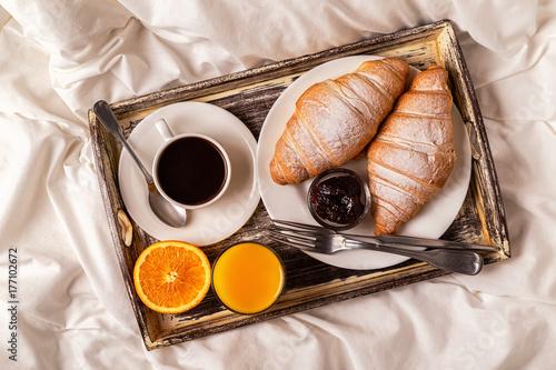 Obraz na dibondzie (fotoboard) śniadanie w łóżku z kawą i rogalikami