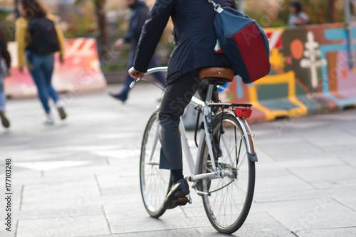 Autocollant pour porte Milan A man on a Bicycle, urban eco-friendly transport