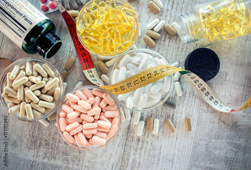 Fotografia  Nutritional supplements in capsules and tablets