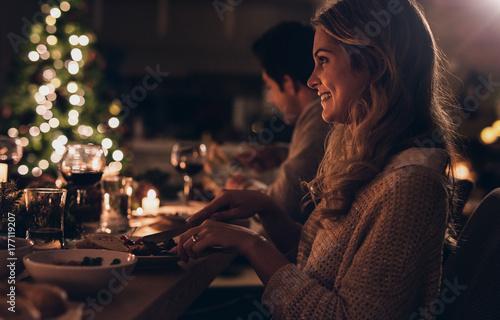 Fotografía  Beautiful woman having christmas dinner with family
