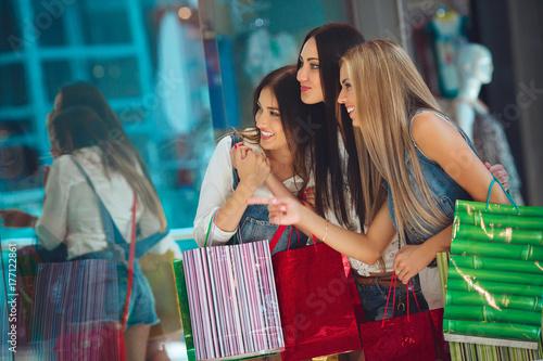 Fotografía  girls in the shopping mall