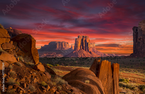 Poster Chocoladebruin Spectacular Sunrise in Monument Valley
