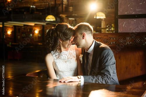 Zdjęcie XXL Portret młodej pary. Ślubna fotografia kochająca para
