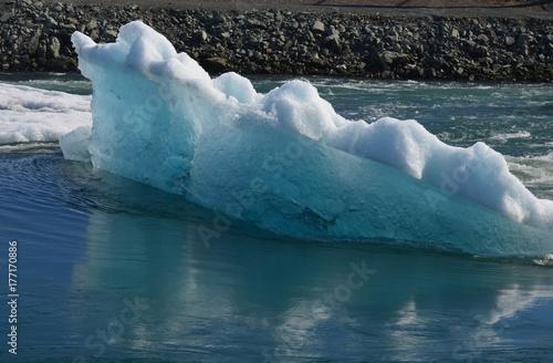 Plakat Góra lodowa w Jokulsarlon unosi się w lagunie