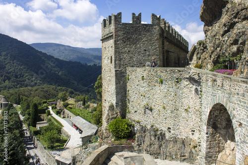 Zdjęcie XXL Sacra di San Michele, religijny kompleks na górze Pirchiriano blisko Turyn, Włochy