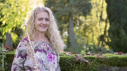 Obraz na PCV (fotoboard) Młoda kobieta z fletem.
