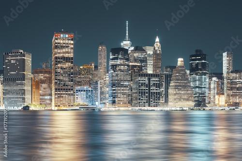 Obraz Panorama Nowego Jorku widziana z Brooklynu w nocy - fototapety do salonu