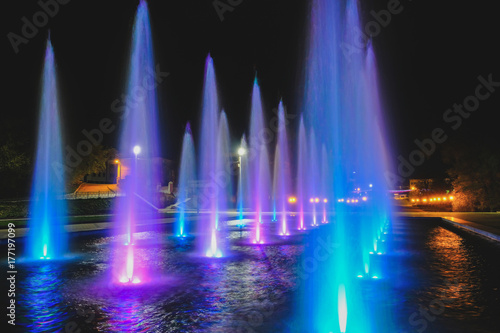 Cadres-photo bureau Fontaine colored water fountain at night