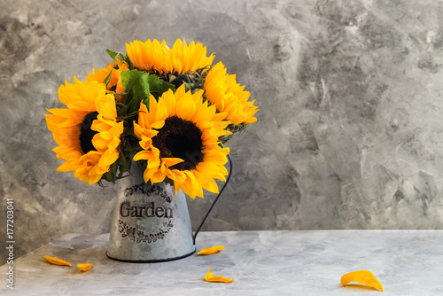 In de dag Zonnebloem Yellow Sunflower Bouquet in Garden Jar