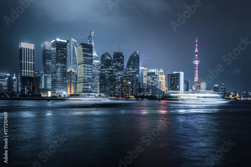 szybko-plynace-lodzie-i-oswietlone-budynki-w-szanghaju