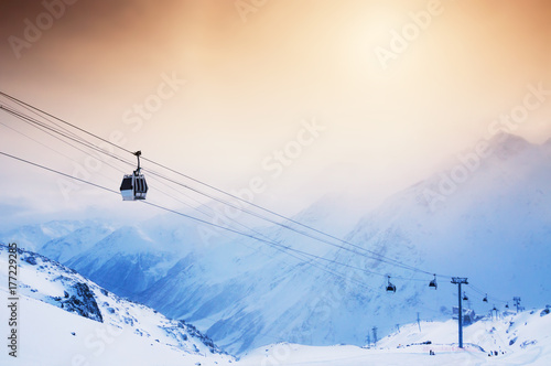 La pose en embrasure Glisse hiver Ski slope and cable car on the ski resort Elbrus.