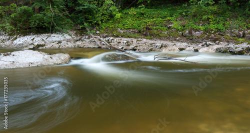 Plakat Spokojna rzeka Rettenbach latem, długi czas ekspozycji