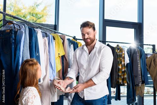 Fototapeta butik z ubraniami i butami