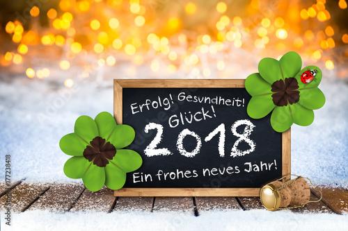 2018 Silvester bokeh Hintergund mit Sektfkorken Tafel Grüßen und Wünschen im Sch Poster