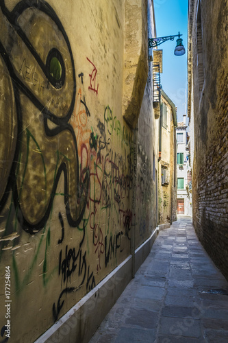 Deurstickers Smal steegje Narrow alley in Venice, Italy. Lane in Venice, Italy.