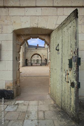 Porte de la prison de l'abbaye de Fontevraud donnant sur la cour intérieure du monastère gothique Wallpaper Mural