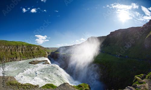 Zdjęcie XXL słynny wodospad Gullfoss w południowej Islandii. treking w Islandii. Koncepcja fotografii podróżniczej i krajobrazowej
