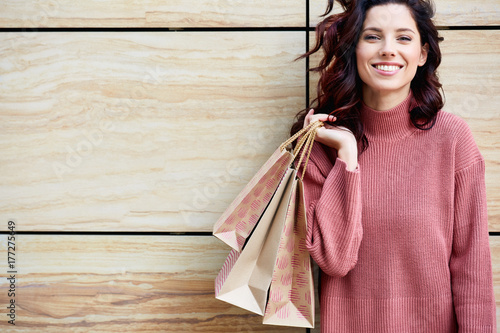 Beautiful young woman with shopping bags Fototapete