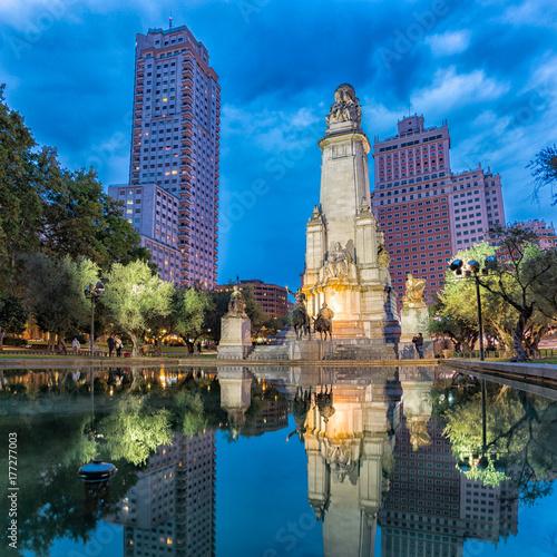 klimatyczne-zdjecie-z-widokiem-na-plaza-espana-w-madrycie-w-godzinach-wieczornych
