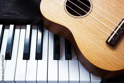 Zdjęcie XXL Fortepian i ukulele. Dwa rodzaje instrumentu muzycznego. Widok z góry.