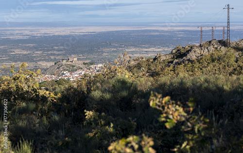 Plakat Widok z lotu ptaka na miasto Montanchez od szczytu La Cogolla