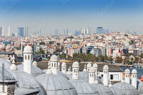 Plakat Panoramiczny widok Istanbuł z kopułami Suleymaniye meczet przy przedpolem przy słonecznym dniem i kopułami