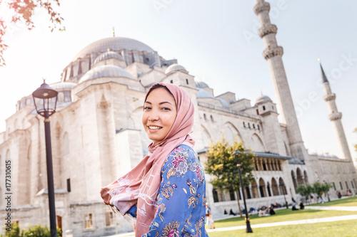 Zdjęcie XXL Szczęśliwa atrakcyjna muzułmańska kobieta w Istanbuł, Turcja, pozujący w podwórzu Suleymaniye meczetu, religii i podróży pojęcie ,.