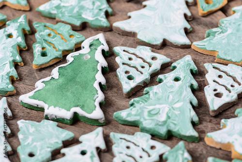 Zdjęcie XXL choinki ciasteczka na drewnianym tle