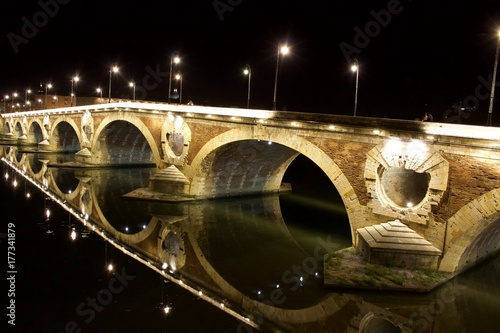 piekne-oswietlony-noca-most