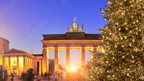 Poster Berlijn Panoramic image of Christmas tree at Brandenburger Gate in Berlin