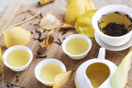Zdjęcie XXL Białe herbaciane filiżanki i jesień liście na stole. Jesienna herbata.
