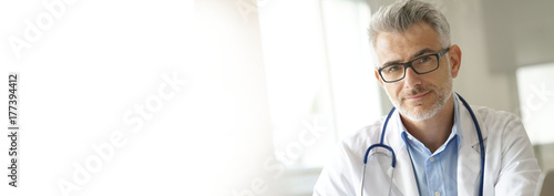 Portrait of doctor in office- template Fototapet