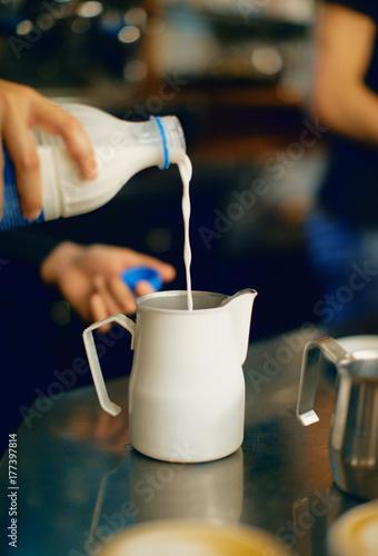 Latte versato nel bricco, al bar, colazione Canvas-taulu