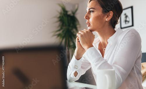 Pinturas sobre lienzo  Business woman in office