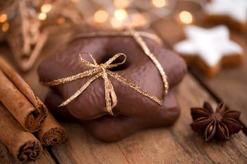 Weihnachtliches Stillleben mit Schokoladen-Lebkuchen