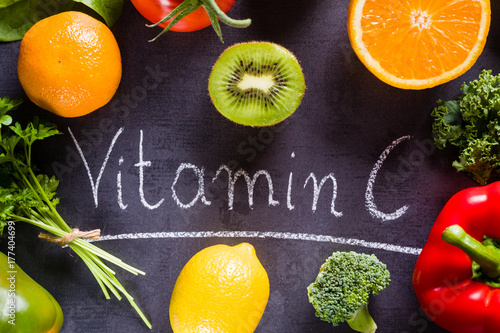 Fotografia  Owoce i warzywa bogate w witaminę cz białą napisem kredą.
