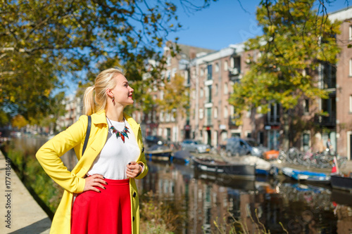 Photo Cheerful young woman in Amsterdam