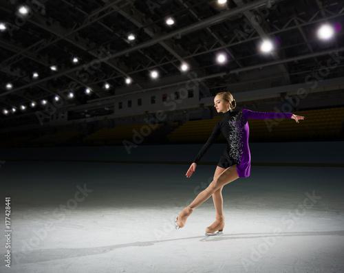 Poster Wintersporten Young girl figure skater