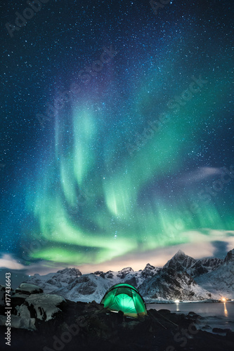 Fotografie, Obraz Schlafen unter den Sternen Polarlicher in Norwegen, Nordlichter auf Lofoten