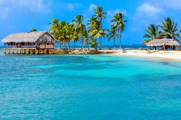 Prekrasna usamljena plaža na karipskom otoku San Blas, Kuna Yala, Panama. Tirkizno tropsko more, rajsko odredište za putovanja, Srednja Amerika