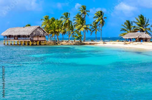 Fototapeta Beautiful lonely beach in caribbean San Blas island, Kuna Yala, Panama. Turquoise tropical Sea, paradise travel destination, Central America