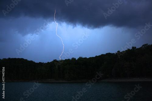 Zdjęcie XXL Błyskawica nad jeziorem