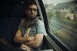 Retrato de hombre joven con gafas viajando en tren y mirando sonriente por la ventana