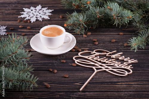 Zdjęcie XXL Filiżanka kawy stoi na drewnianym stole. Gratulacje Wesołych Świąt.