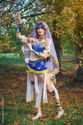 Plakat Piękna dziewczyna w oryginalnym garniturze, cosplay postać w jesiennym parku. Festiwal anime