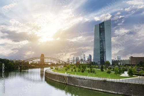 Europäische Zentralbank mit Frankfurter Skyline im Hintergrund