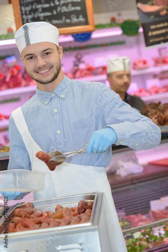 Zdjęcie XXL rzeźnik uczący młodego jak sprzedawać mięso